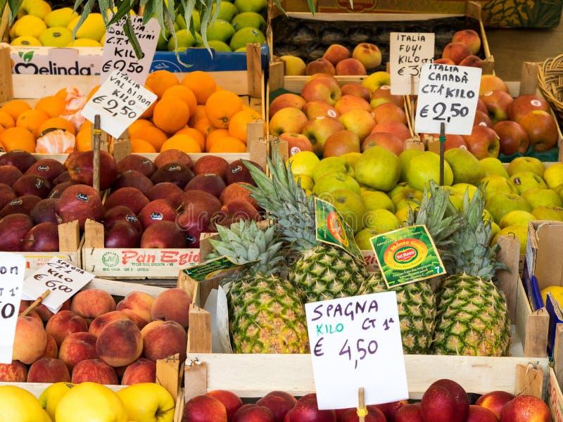 Exhibición de la fruta en el mercado imagen de archivo