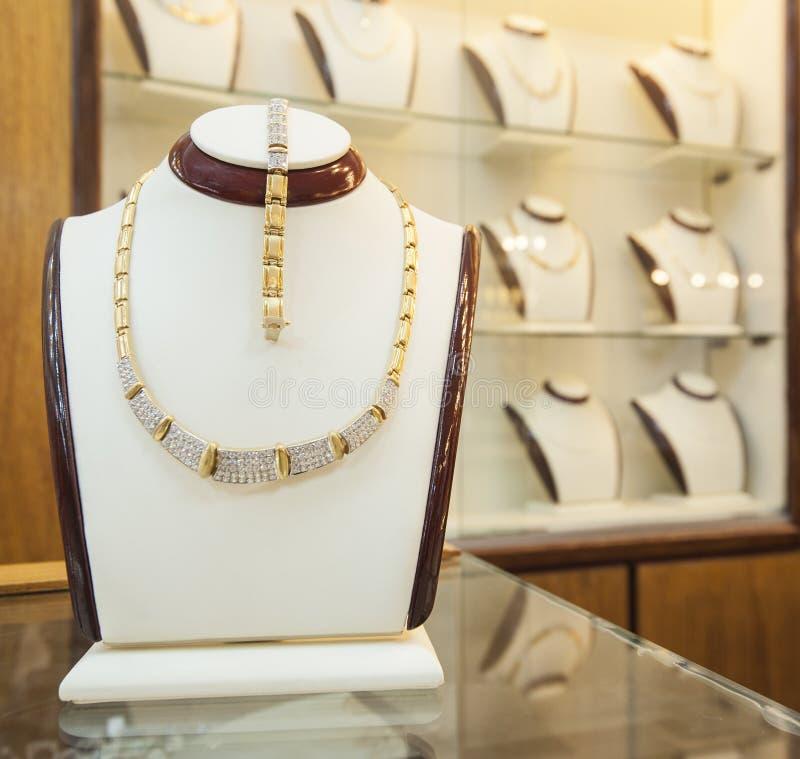 Exhibición de la joyería en una tienda imagenes de archivo