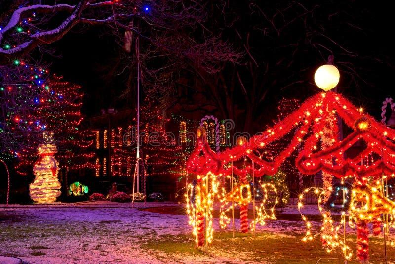 Exhibición de la Navidad del pueblo de la noche imágenes de archivo libres de regalías