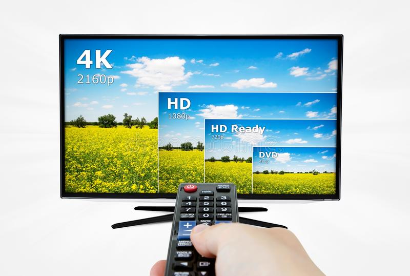 exhibición de la televisión 4K con teledirigido foto de archivo