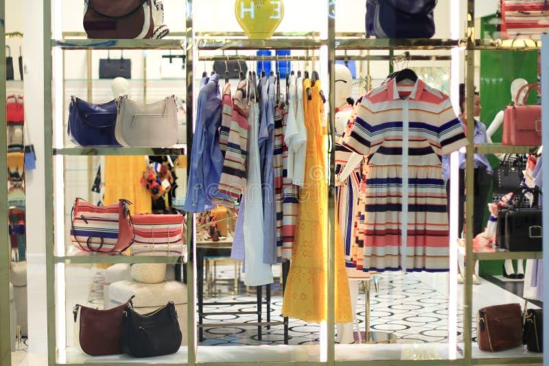 Exhibición de la tienda de la ropa imágenes de archivo libres de regalías