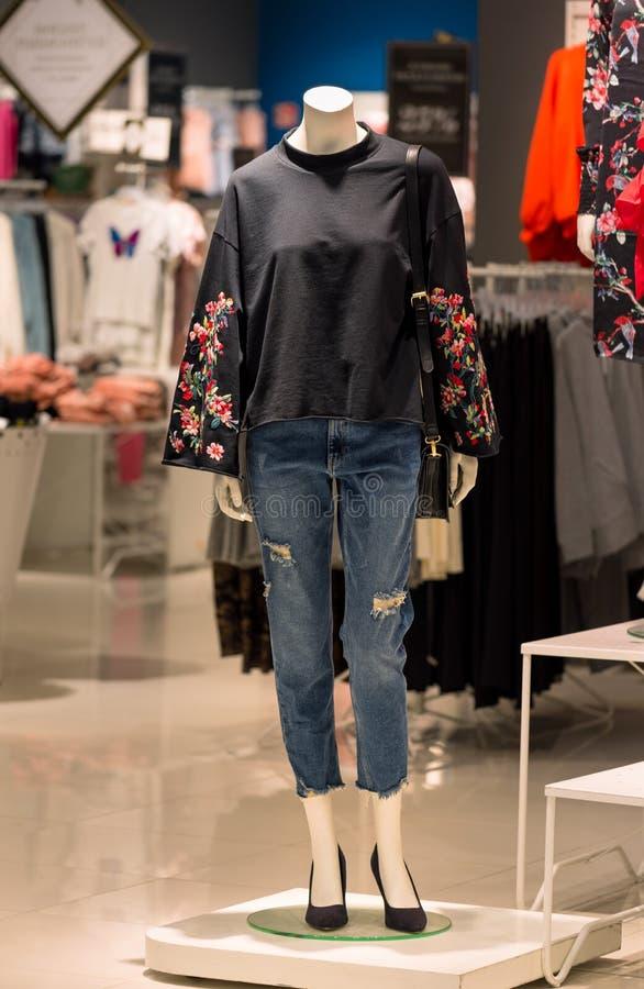 Exhibición de la tienda de la moda de las mujeres imagen de archivo