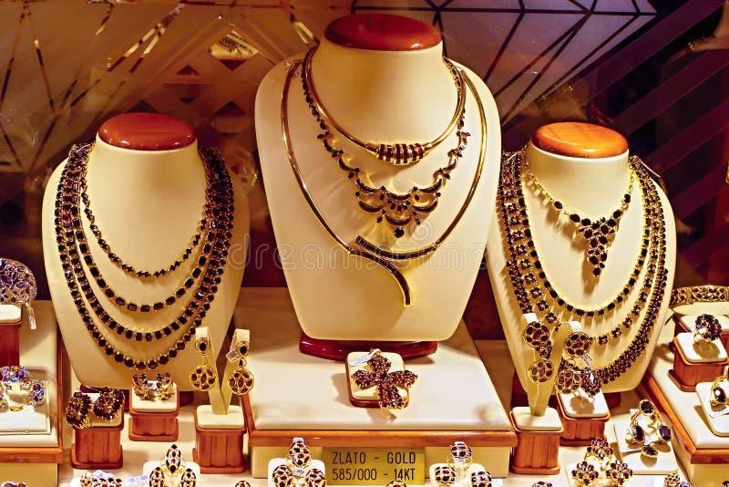 Exhibición de la ventana de tienda del oro y de Garnet Jewelry imagen de archivo libre de regalías