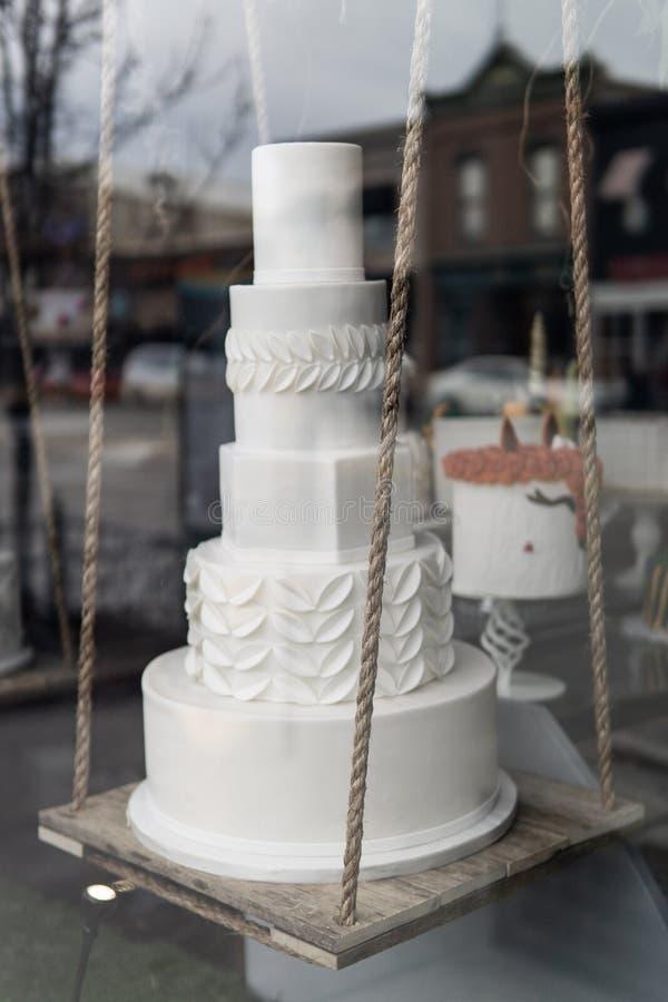 Exhibición de la ventana del pastel de bodas fotos de archivo
