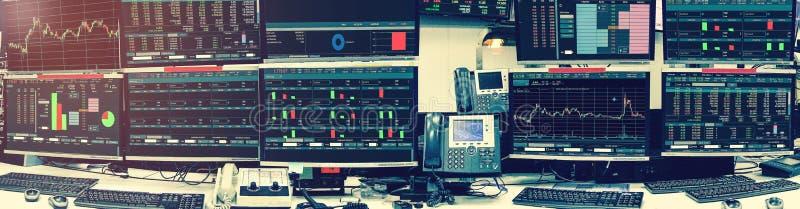 Exhibición de las citas y de la carta del mercado de acción en roo del ordenador del monitor imágenes de archivo libres de regalías