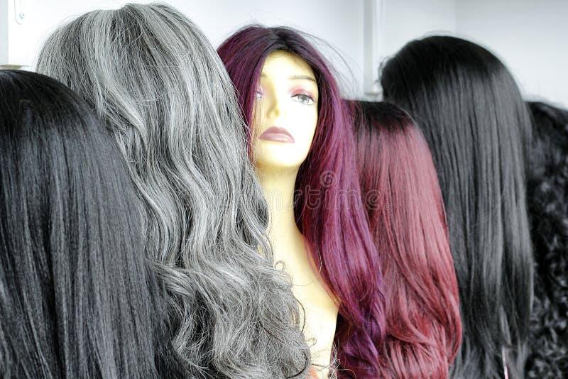 Exhibición de las pelucas del pelo imagenes de archivo