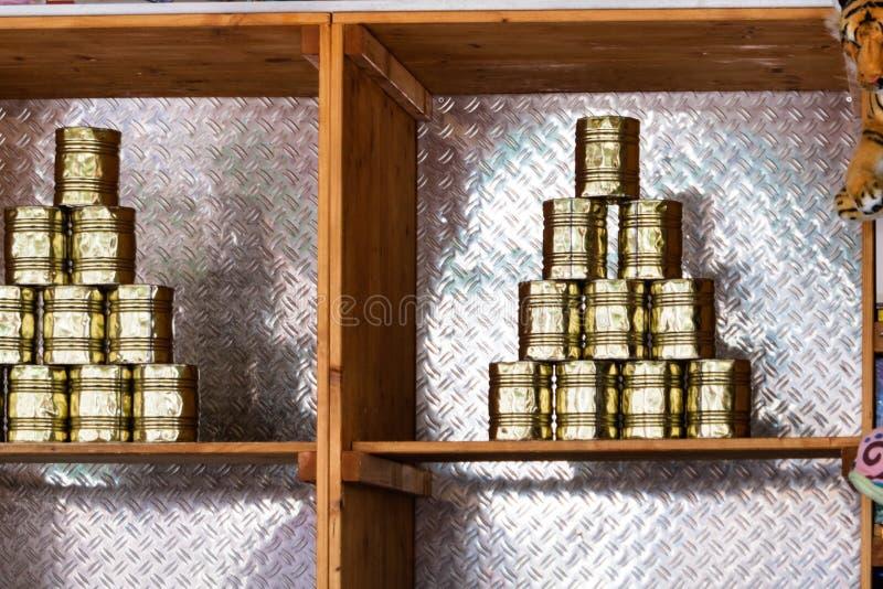 Exhibición de latas en un parque de atracciones de la diversión fotos de archivo