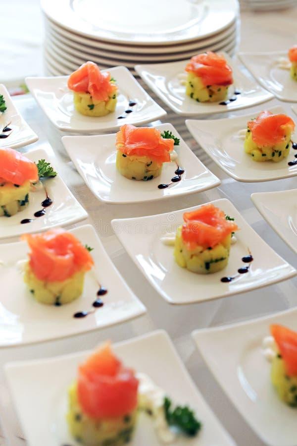 Exhibición de los aperitivos del salmón ahumado foto de archivo