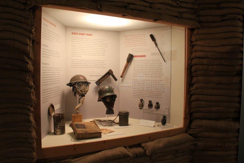 Exhibición de los artefactos del tiempo de guerra rodeados por las bolsas de arena, museo militar, Saratoga Springs, Nueva York,  imágenes de archivo libres de regalías