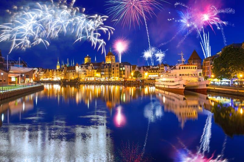 Exhibición de los fuegos artificiales del Año Nuevo sobre el río de Motlawa en Gdansk fotos de archivo libres de regalías