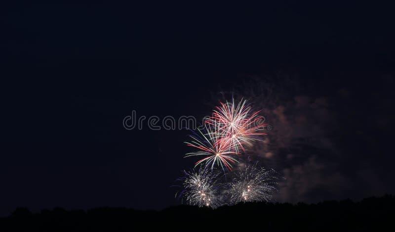 Exhibición de los fuegos artificiales de julio del cuarto fotos de archivo