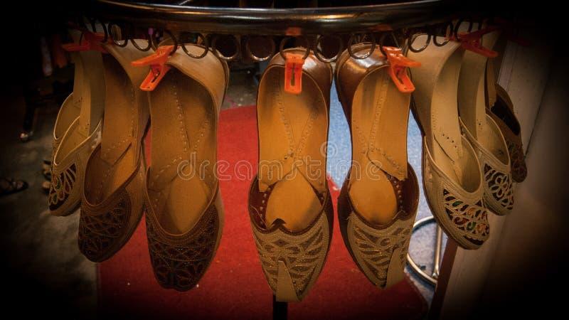 Exhibición de los zapatos de la India en el mercado de la noche foto de archivo