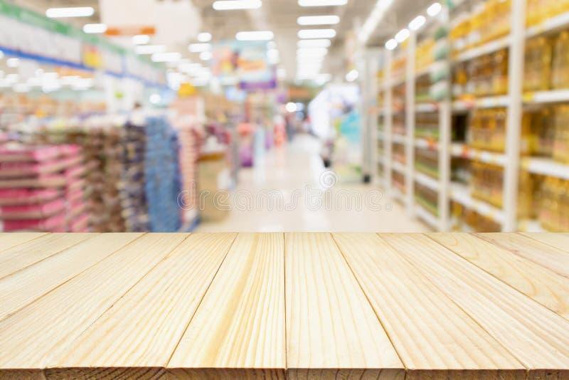Exhibición de madera del producto de la sobremesa con el supermercado abstracto de la falta de definición fotografía de archivo libre de regalías