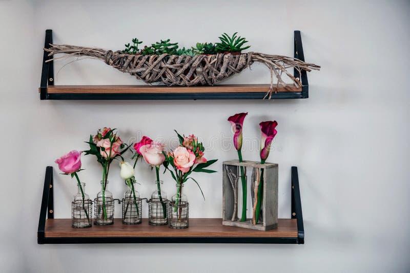 Exhibición de pared exquisita de la floristería imagenes de archivo