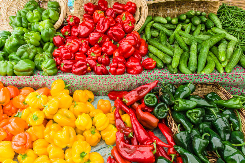Exhibición de pimientas frescas en el mercado imagenes de archivo