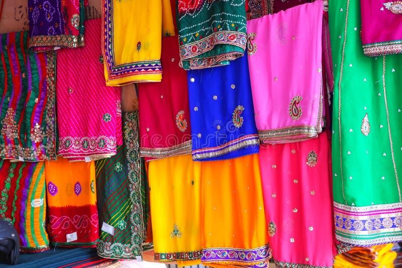 Exhibición de saris coloridas en Johari Bazaar en Jaipur, la India fotos de archivo libres de regalías