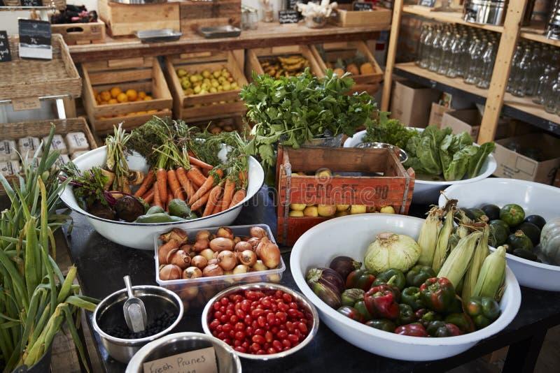 Exhibición de verduras en colmado libre del envase de plástico sostenible imagen de archivo libre de regalías