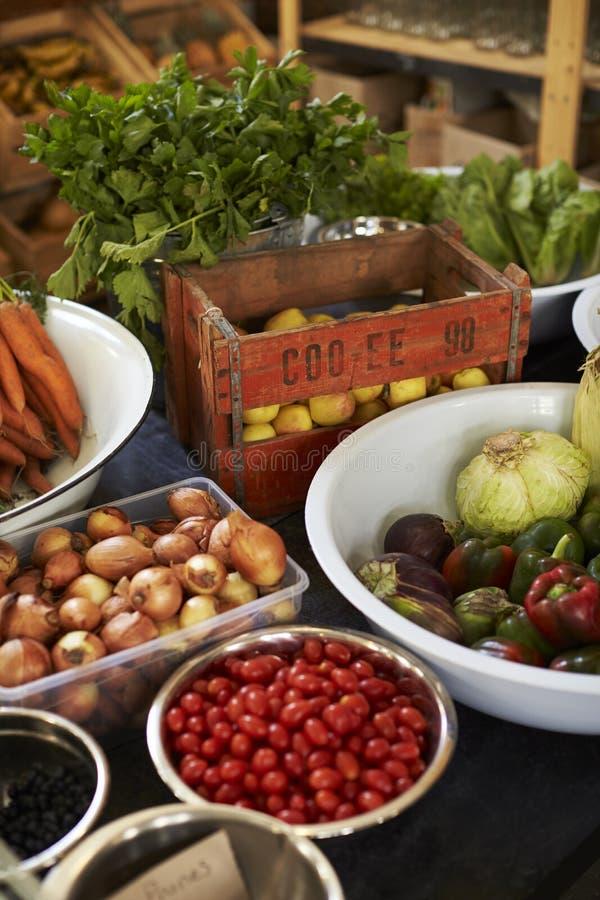 Exhibición de verduras en colmado libre del envase de plástico sostenible fotos de archivo