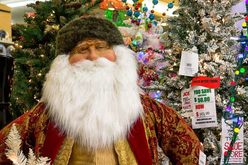 Exhibición del árbol del día de fiesta de la Navidad en la tienda al por menor imagenes de archivo