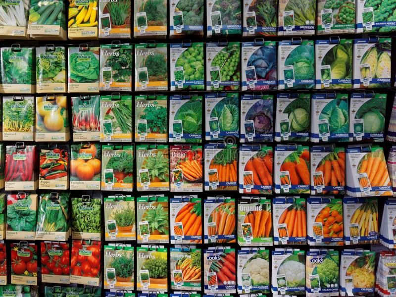 Exhibición del centro de jardín de los paquetes de la semilla de Vegietable foto de archivo