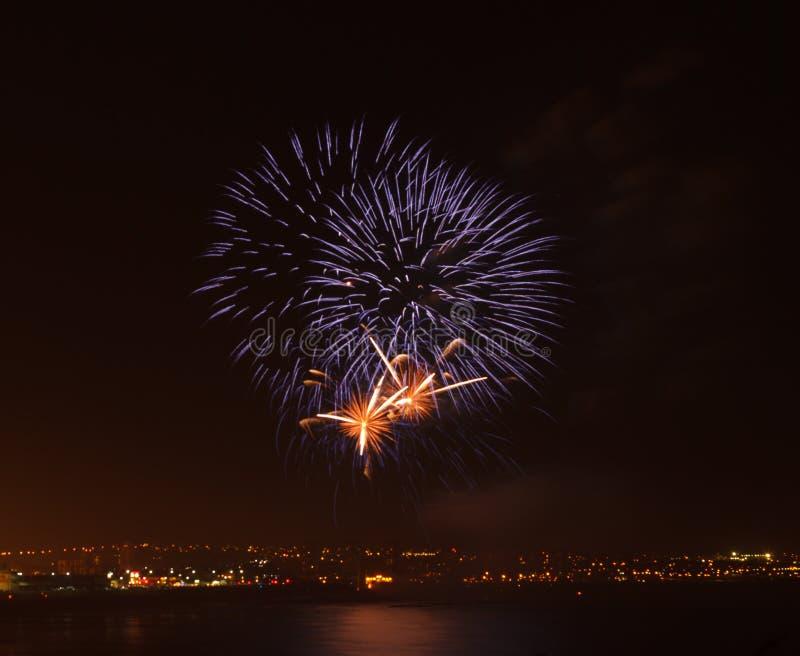 Exhibición del fuego artificial en una ubicación costera imagen de archivo libre de regalías