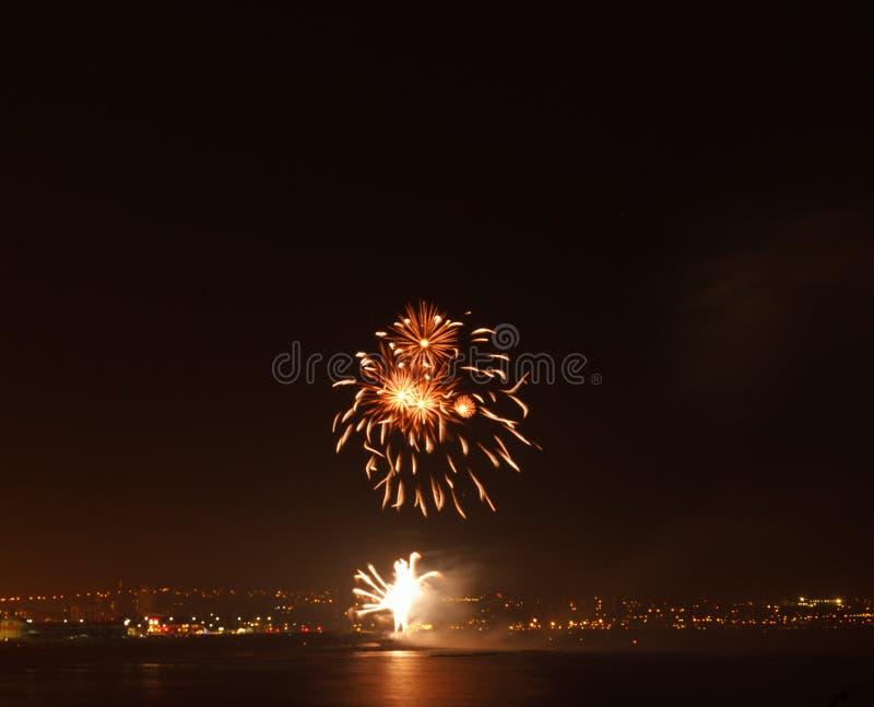 Exhibición del fuego artificial en una ubicación costera fotos de archivo libres de regalías