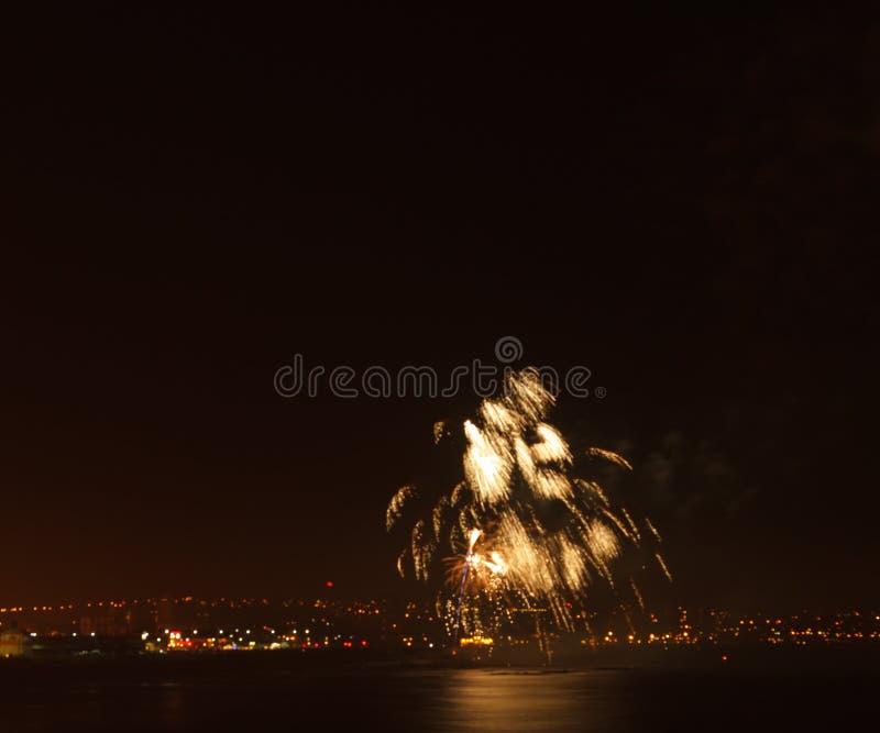 Exhibición del fuego artificial en una ubicación costera foto de archivo libre de regalías