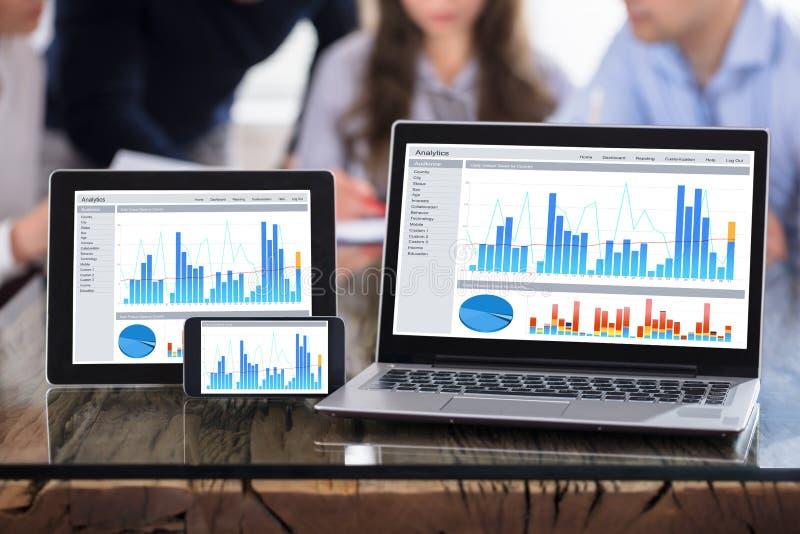 Exhibición del gráfico en la pantalla moderna de los dispositivos electrónicos fotos de archivo libres de regalías