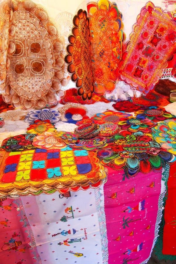 Exhibición del nanduti en el mercado callejero en Asuncion, Paraguay fotografía de archivo