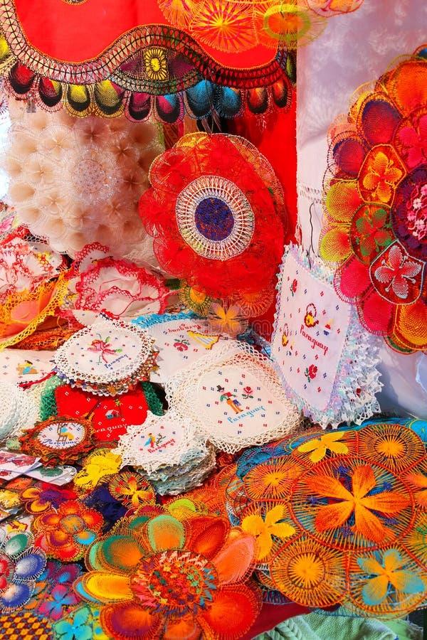 Exhibición del nanduti en el mercado callejero en Asuncion, Paraguay imagen de archivo libre de regalías