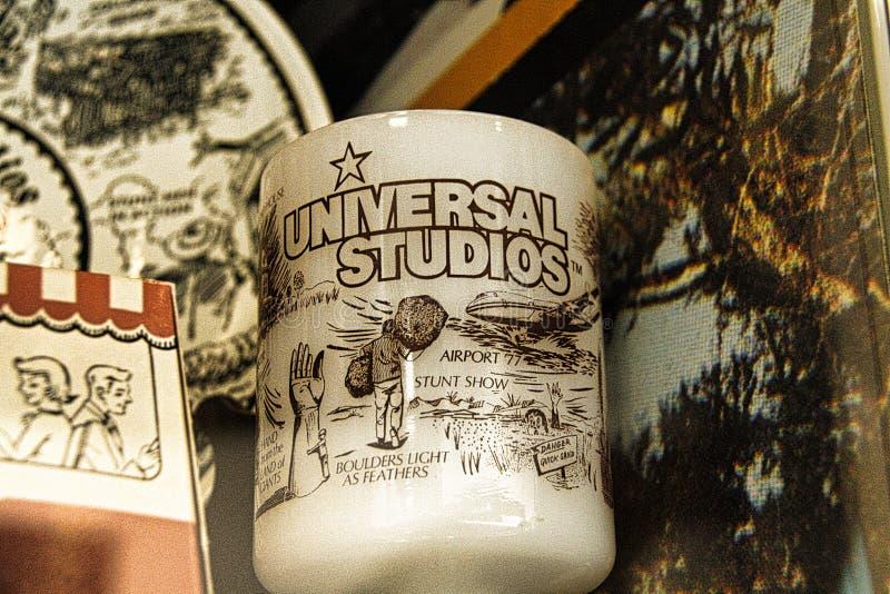 Exhibición del regalo colorido clásico del recuerdo en la tienda universal foto de archivo