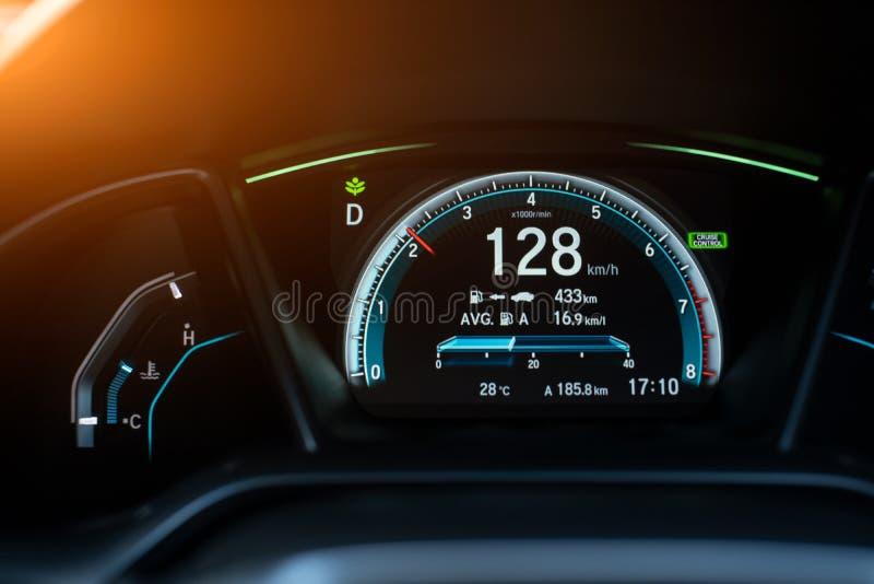 Exhibición digital moderna del coche, ejemplo de un panel del tablero de instrumentos del coche con el velocímetro, tacómetro foto de archivo