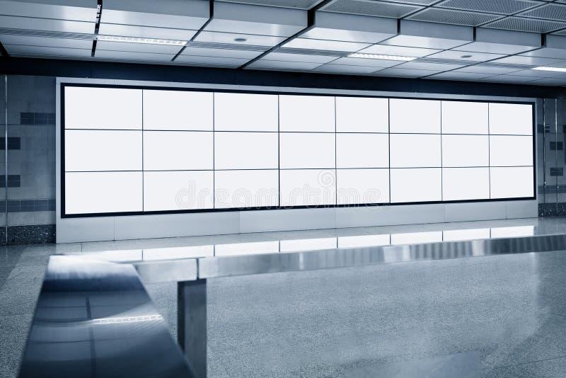 Exhibición en blanco de la plantilla de la pantalla del Lcd de la cartelera en subterráneo imágenes de archivo libres de regalías