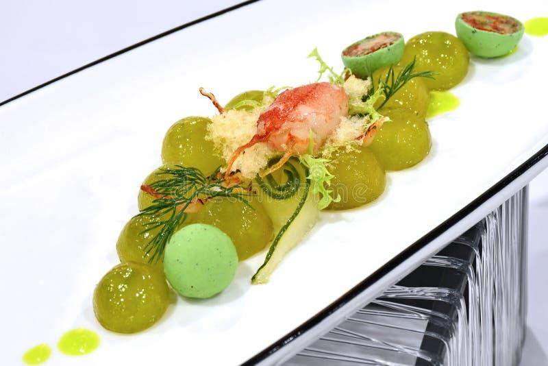 Exhibición fría de cena fina del aperitivo - ensalada verde de las uvas con Cra imagen de archivo