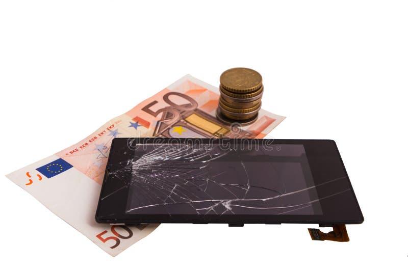 Exhibición quebrada con la exhibición y dinero agrietado, billetes euro y monedas tarifa de la reparación del concepto en el serv imagen de archivo
