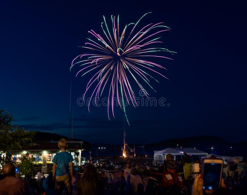 Exhibición viva de los fuegos artificiales foto de archivo libre de regalías