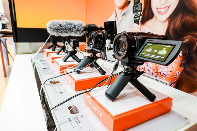 Exhibición y venta digitales de la serie de Sony en la tienda de la electrónica de Sony, en el modelo de Tailandia en Bangkok, Ta imagen de archivo libre de regalías