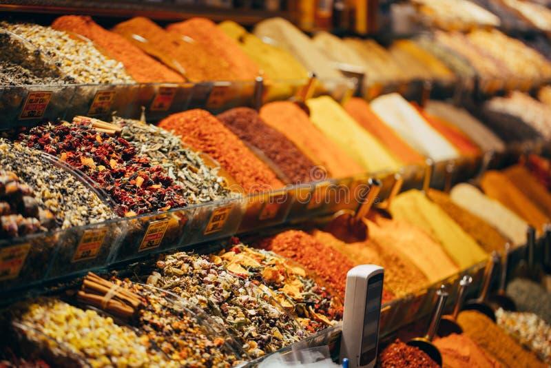 Exhibiciones de productos en oferta en el mercado famoso de la especia en Estambul Turquía foto de archivo