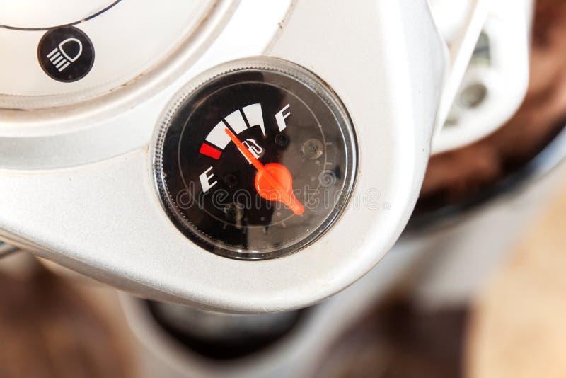 Exhibiciones del indicador de la gasolina foto de archivo