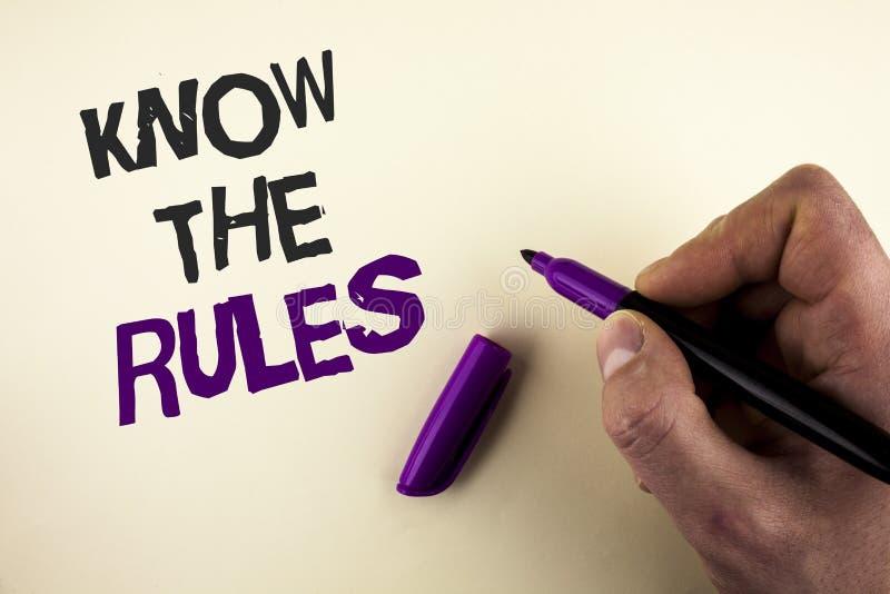 A exibição conceptual da escrita da mão conhece as regras Apresentar da foto do negócio compreende que os termos e condições obtê imagem de stock royalty free