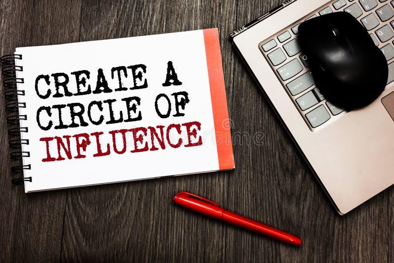 A exibição conceptual da escrita da mão cria um círculo de influência Apresentar da foto do negócio seja um líder do influencer m imagem de stock