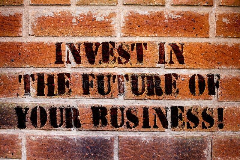A exibição conceptual da escrita da mão investe no futuro de seu negócio O texto da foto do negócio faz investimentos para melhor fotografia de stock