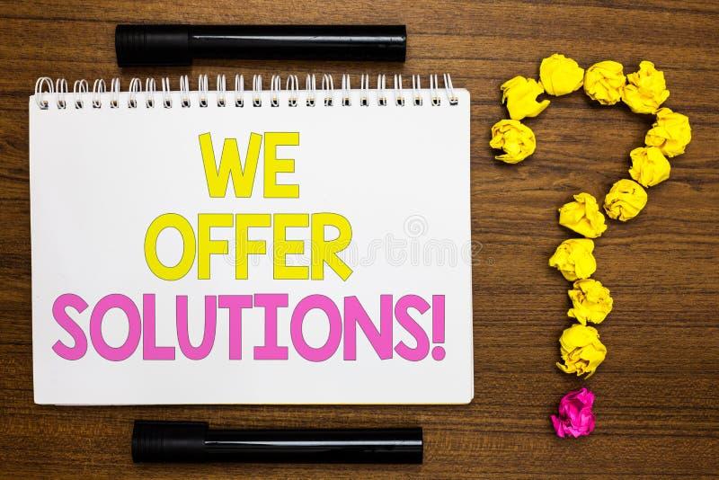 Exibição conceptual da escrita da mão nós oferecemos soluções Estratégias de oferecimento apresentando do conselho de peritos do  fotografia de stock royalty free
