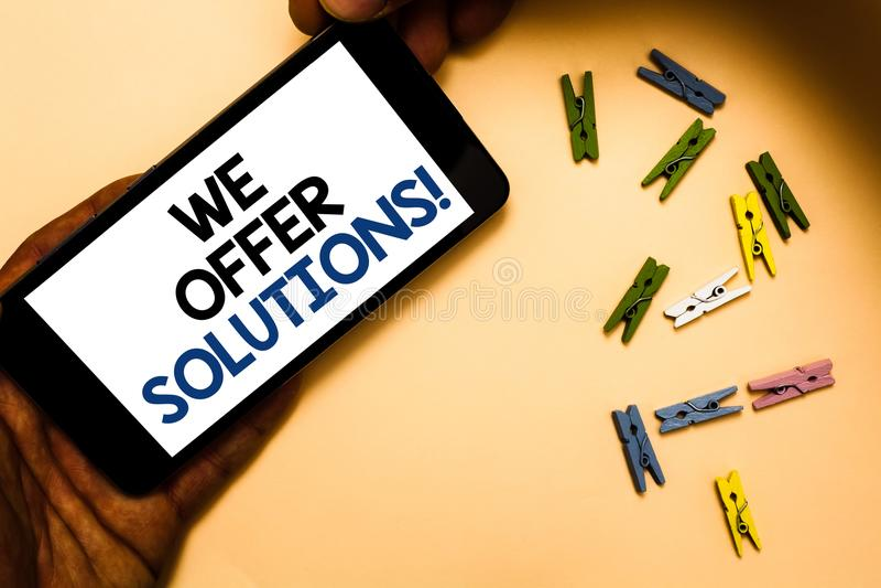 Exibição conceptual da escrita da mão nós oferecemos soluções Ideias de oferecimento H das estratégias do conselho de peritos do  imagem de stock royalty free