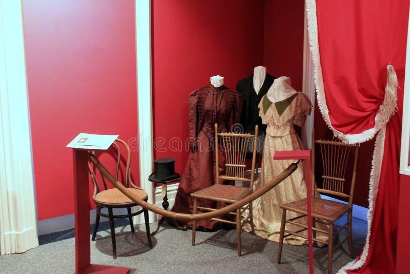 Exibição da forma e da mobília que descrevem a era do passado, Richard Bates House Museum, Oswego, New York, 2016 imagens de stock
