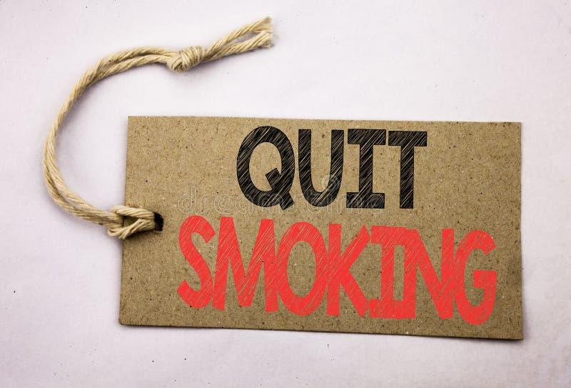 A exibição da inspiração do subtítulo do texto da escrita da mão parou fumar Conceito do negócio para a parada para o cigarro esc fotos de stock