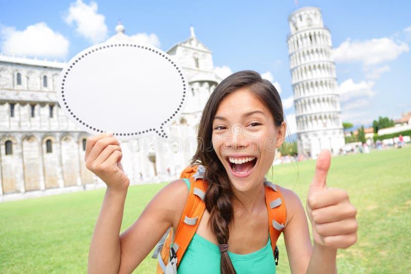 A exibição da menina do turista do curso assina dentro Pisa, Itália fotografia de stock royalty free