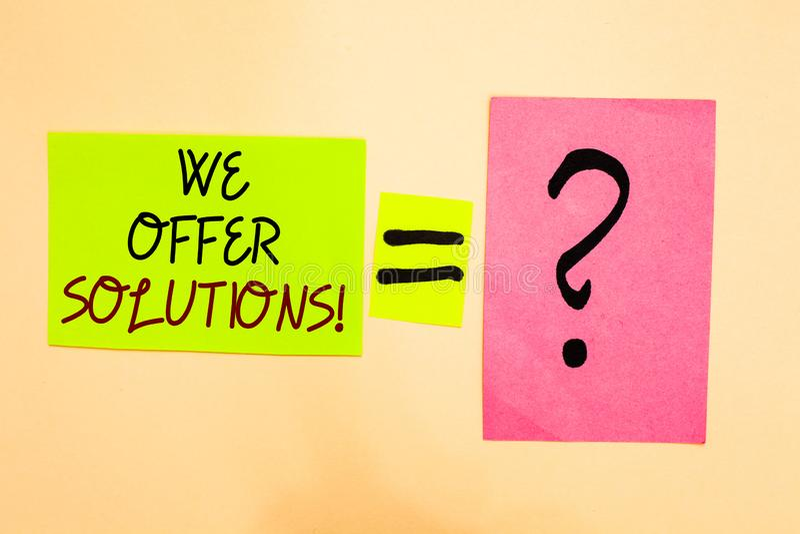 Exibição da nota da escrita nós oferecemos soluções Ideias de oferecimento apresentando Writte das estratégias do conselho de per fotos de stock