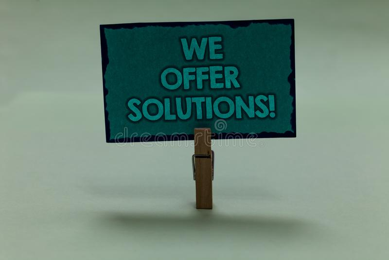 Exibição da nota da escrita nós oferecemos soluções Paperc de oferecimento apresentando das ideias das estratégias do conselho de imagens de stock