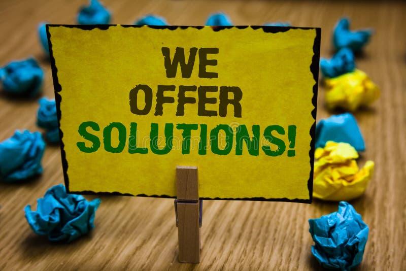 Exibição da nota da escrita nós oferecemos soluções Paperc de oferecimento apresentando das ideias das estratégias do conselho de foto de stock